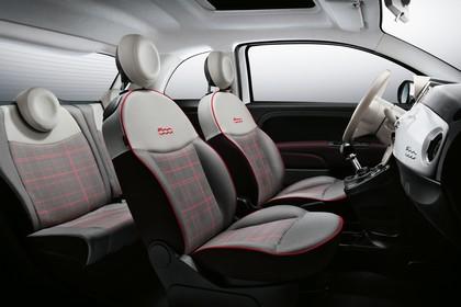 Fiat 500 312 Innenansicht statisch Studio Rücksitze Vordersitze und Armaturenbrett beifahrerseitig