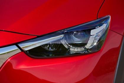 Mazda CX-3 DJ1 Aussenansicht Front schräg statisch Detail Scheinwerfer links rot