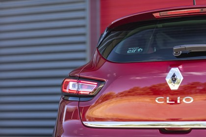 Renault Clio 4 Aussenansicht Heck schräg statisch Detail Rückleuchte links rot