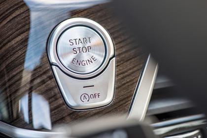 BMW 7er G11/G12 Innenansicht Detail Furnier und Startknopf statisch Holz