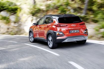 Hyundai Kona OS Aussenansicht Heck schräg dynamisch rot