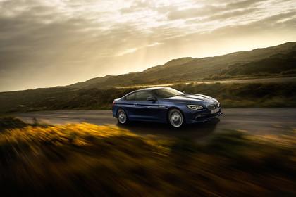 ALPINA B6 BITURBO Coupé F13 Aussenansicht Seite schräg dynamisch blau