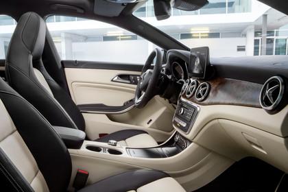 Mercedes CLA Shooting Brake X117 Innenansicht Einsiteg Beifahrerseite statisch schwarz beige