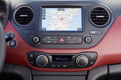 Hyundai i10 IA Innenansicht Studio Detail statisch schwarz rot Navigation