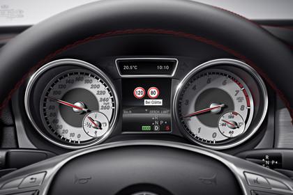 Mercedes CLA C117 Innenansicht Detail Kombiinstrument dynamisch schwarz
