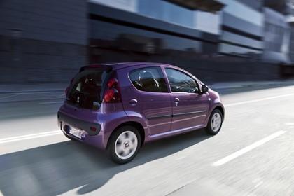 Peugeot 107 P Facelift Fünftürer Aussenansicht Seite schräg dynamisch violett