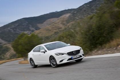 Mazda 6 Limousine GJ Aussenansicht Front schräg dynamisch weiss