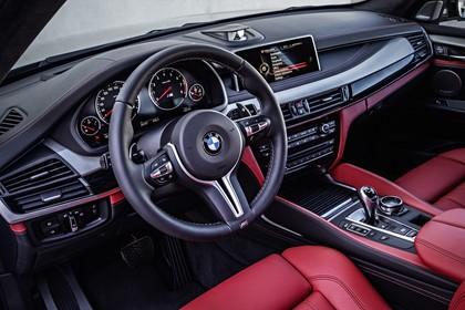 BMW X5 M F85 Innenansicht Fahrerposition Studio statisch rot