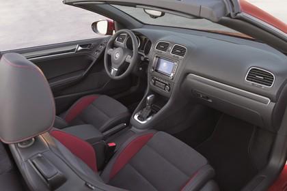 VW Golf 6 Cabriolet Innenansicht statisch Vordersitze und Armaturenbrett beifahrerseitig