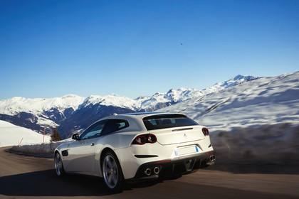Ferrari GTC4 Lusso Aussenansicht Heck schräg dynamisch weiss