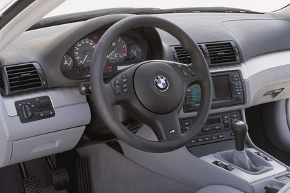 BMW 3er Coupé E46 LCI Innenansicht statisch Studio Lenkrad und Armaturenbrett fahrerseitig