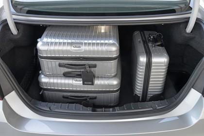 BMW 5er Limousine F10 Innenansicht Kofferraum geöffnet statisch silber