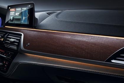 ALPINA D5 S G30 Innenansicht statisch Studio Detail Armaturenbrett Interieurleiste