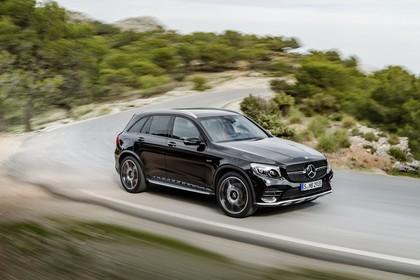 Mercedes-AMG GLC 43 4MATIC X253 Aussenansicht Seite schräg dynamisch schwarz