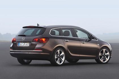 Opel Astra J Sports Tourer Facelift Aussenansicht Heck schräg statisch braun