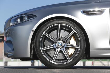 BMW M5 F10 Aussenansicht Detail Bremse und Kiemen statisch silber