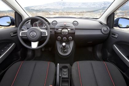 Mazda 2 Sport DE Innenansicht Front statisch schwarz