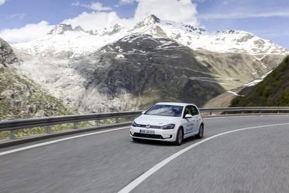 VW Golf 7 e-Golf Aussenansicht Front schräg dynamisch weiss