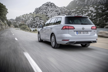 VW Golf 7 Variant Facelift Aussenansicht Heck dynamisch weiss