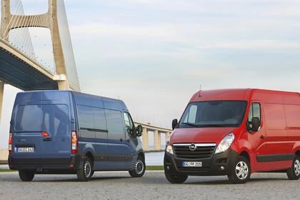 Opel Movano Kastenwagen Aussenansicht Heck Front schräg statisch blau rot