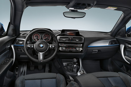 BMW 1er 2015 F20  Innenansicht mittig Armaturenbrett statisch schwarz