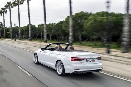 Audi A5 Cabriolet Aussenansicht Heck schräg dynamisch weiss