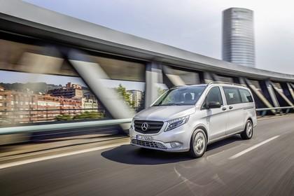 Mercedes-Benz Vito Tourer W447 Aussenansicht Front schräg dynamisch silber