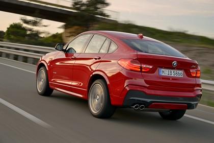 BMW X4 Aussenansicht Heck schräg dynamisch rot