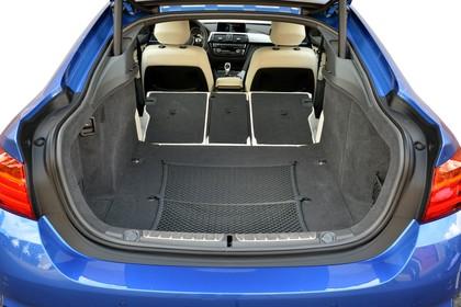 BMW 4er Gran Coupe F36 Aussenansicht Heck Kofferraum geöffnet Rückbank umgeklappt Studio statisch blau