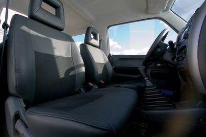 Suzuki Jimny FJ Innenansicht statisch Vordersitze und Armaturenbrett beifahrerseitig