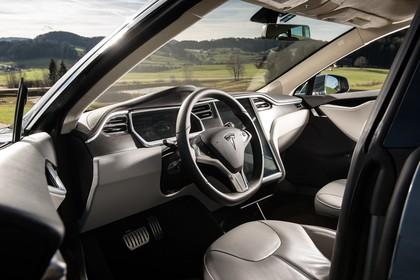 Tesla Model S Innenansicht statisch Vordersitze und Armaturenbrett fahrerseitig