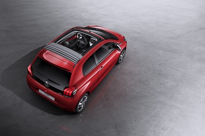 Peugeot 108 Aussenansicht Heck schräg erhöht statisch Studio rot