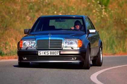 Mercedes E-Klasse Limousine W124 Aussenansicht Front schräg dynamisch schwarz