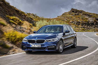 BMW 5er G31 Touring Aussenansicht Front schräg dynamisch blau