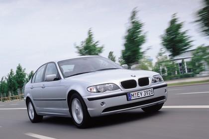 BMW 3er Limousine E46 LCI Aussenansicht Front schräg dynamisc silber