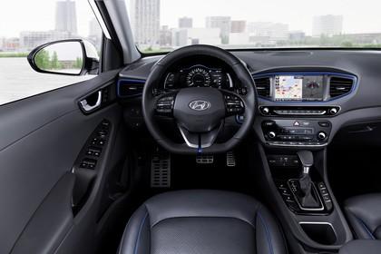 Hyundai IONIQ Hybrid Innenansicht statisch Vordersitze und Armaturenbrett fahrerseitig