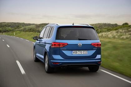 VW Touran 2 Aussenansicht Heck dynamisch blau