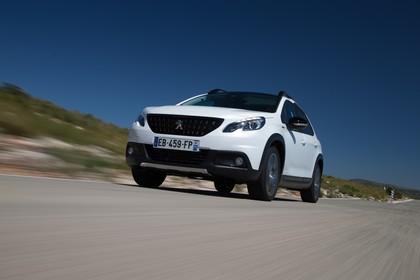 Peugeot 2008 A94 Aussenansicht Front schräg dynamisch weiss