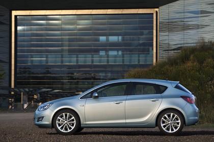 Opel Astra J Aussenansicht Seite statisch silber
