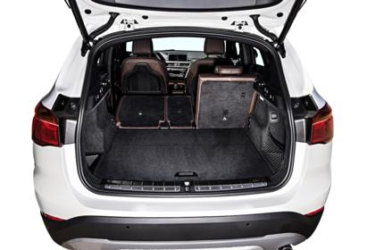 BMW X1 F48 Facelift Innenansicht Kofferraum offen 2/3 Rücksitzbank umgeklappt Studio statisch weiss