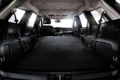 Fiat Freemont JC Aussenansicht Heck statisch Studio Heckklappe geöffnet Rücksitze und Beifahrersitz umgeklappt
