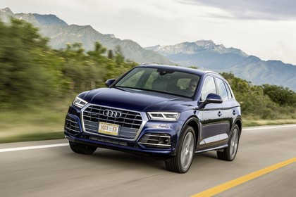Audi Q5 FY Aussenansicht Front schräg dynamisch dunkelblau