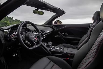 Audi R8 Spyder Innenansicht Einstieg Fahrerposition statisch schwarz
