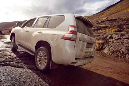 Toyota Land Cruiser J15 Aussenansicht Seite schräg dynamisch weiß