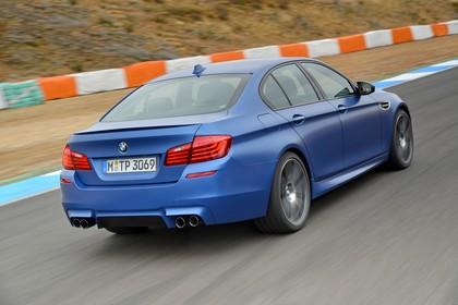 BMW M5 F10 Aussenansicht Heck schräg dynamisch blau