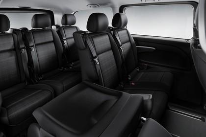 Mercedes-Benz Vito Tourer W447 Innenansicht statisch Studio 2. und 3. Sitzreihe 2. Sitzreihe 1/3 umgeklappt beifahrerseitig