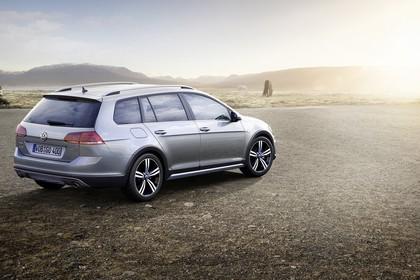 VW Golf 7 Alltrack Variant Aussenansicht Heck schräg statisch silber