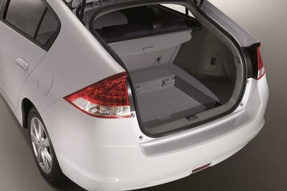 Honda Insight Studio Aussenansicht Kofferraum statisch weiß grau