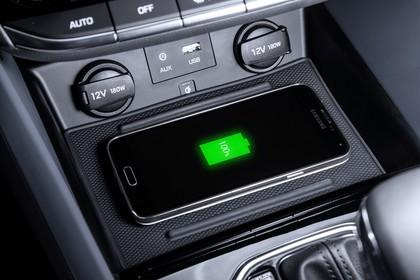 Hyundai IONIQ Hybrid Innenansicht statisch Studio Detail Mittelkonsole