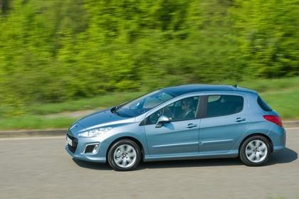 Peugeot 308 Fünftürer Facelift Aussenansicht Seite dynamisch hellblau